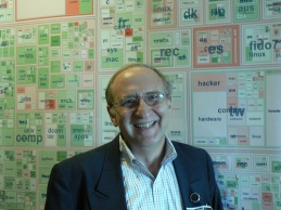Ben Shneiderman in front of Usenet Treemap - flickr/Marc_Smith